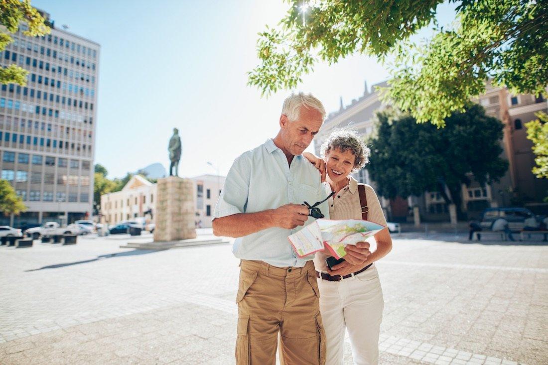 Ein erwachsenes Paar in einer Stadt schaut sich eine Stadtkarte an