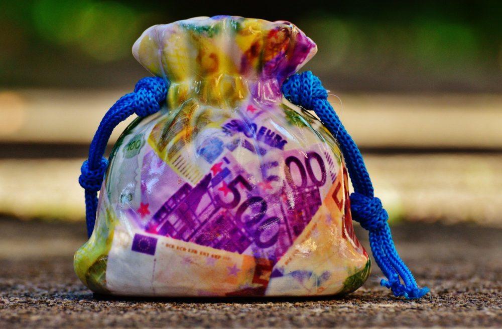 Ein Sack aus Ton mit bedruckt mit einem Eurobanknoten-Muster