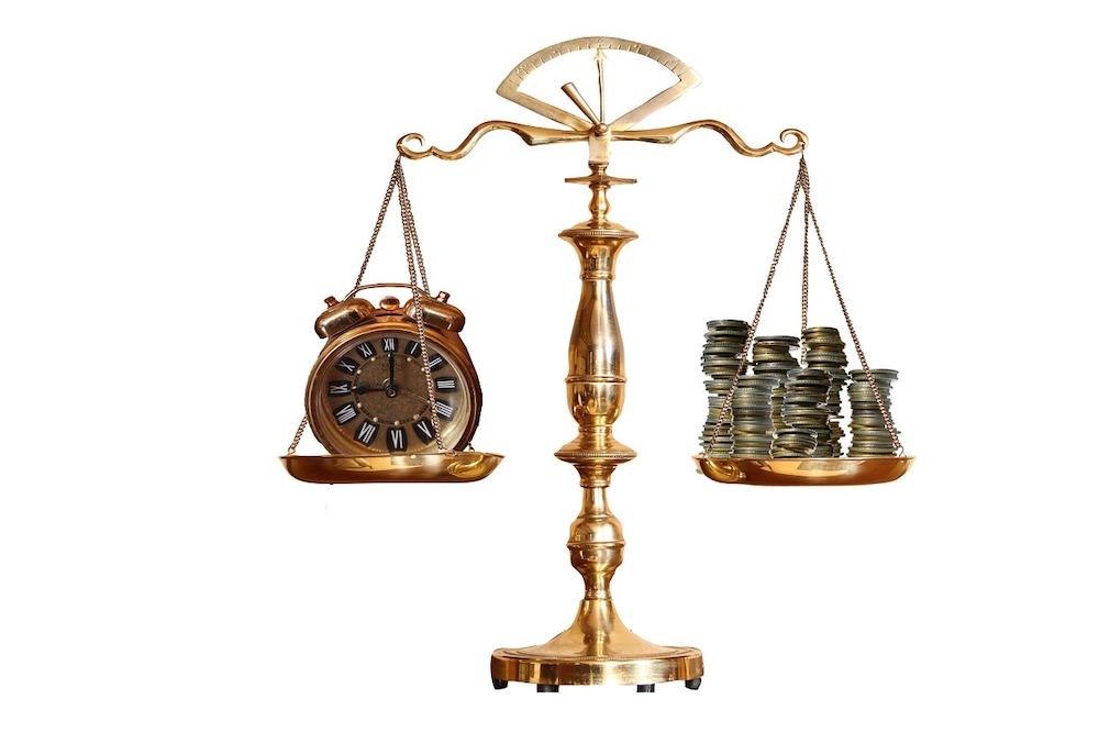 Waage der Gerechtigkeit mit einer Uhr und Geld