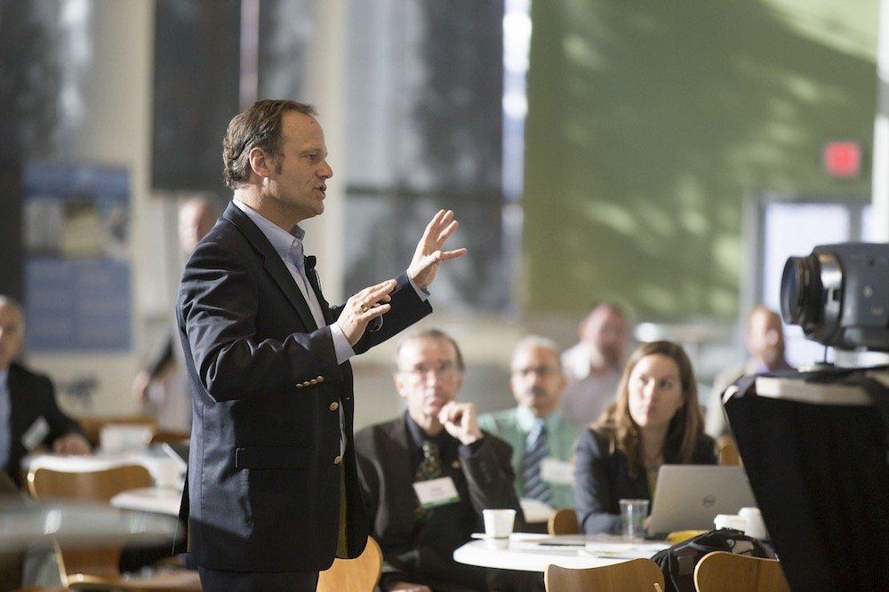 Ein Geschäftsmann hält einen Vortrag vor einer Gruppe